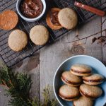 Gingersnap sandwich cookie with date caramel in a bowl